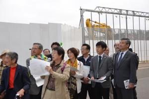 解体された国立競技場の周辺を視察する参加者と田村智子参院議員(前列右から3人目)、山添拓候補(同2人目)=18日、東京都新宿区