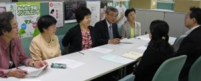 福祉保健局の矢内部長(右手前)に申し入れる、(左から)小竹、河野、あぜ上、曽根、かちの各都議=30日、東京都庁 (「しんぶん赤旗」提供)