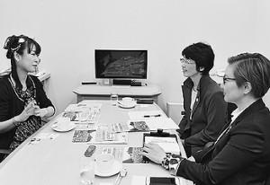 懇談する雨宮処凛さん(左)と(右へ)紙智子参院議員、池内さおり衆院議員=13日、東京都新宿区(「しんぶん赤旗」提供)