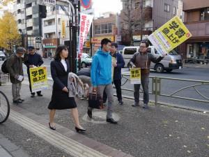 学費値上げ反対を訴える参加者=24日、東京大学前