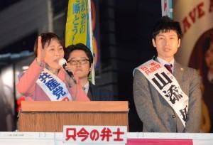車上から訴える田村智子参院議員(左)と山添拓山陰東京選挙区候補(右)=16日、東京都豊島区