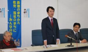 会見で決意を述べる西村氏(中央)=28日、東京都福生市(「しんぶん赤旗」提供)