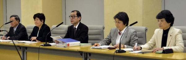 都予算組み替え案を発表する日本共産党都議団=18日、東京都庁(「しんぶん赤旗」提供)