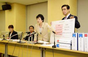 資料を示して記者会見する(左から)大山、吉田、清水、徳留各都議=4月7日、東京都庁