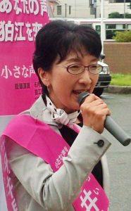 市政の転換を訴える平井里美市長候補=8日、東京都狛江市(「しんぶん赤旗」提供)