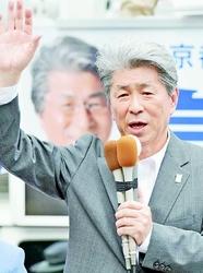 (写真)都知事選の第一声で訴える鳥越俊太郎候補=14日、東京・新宿駅東南口