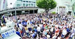 (写真)鳥越俊太郎東京都知事候補の第一声を聞く人たち=14日、東京・新宿駅東南口