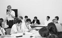 (写真)党国会議員と懇談する住民代表=2日、国会内