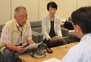 都担当者(右)に要望を説明する(左から)笹岡寿一氏と清水ひで子都議=16日、東京都庁