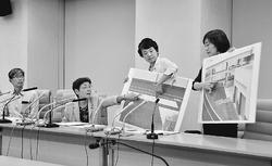 (写真)豊洲新市場の地下搬入口を示して説明する(左2人目から)かち佳代子、清水ひで子、米倉春奈の各都議=21日、東京都庁