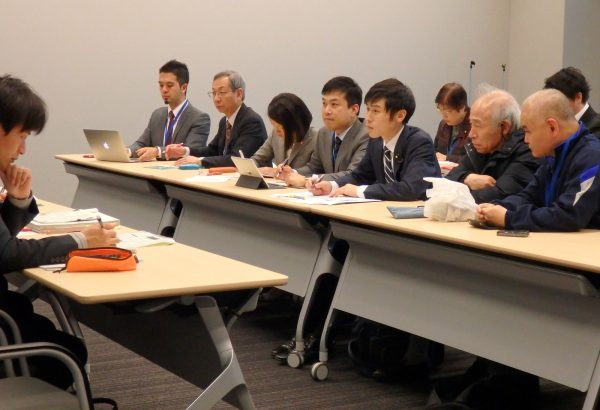 国交省(左)と交渉する山添氏