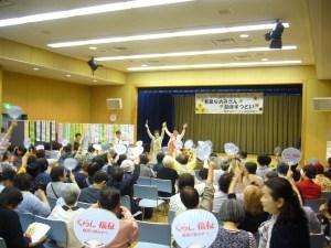 葛飾女性のつどいで参加者の激励にこたえる田村(正面左)、和泉(同右)の両氏=12日、東京都葛飾区