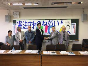 市民と超党派がつくる応援団と握手する中野あきと都議候補(右から3人目)=28日、東京都日野市