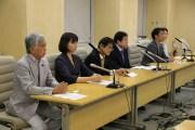 会見する(左から)吉田、細野、尾坪、若林、小泉の各氏ら=9日、東京都庁内