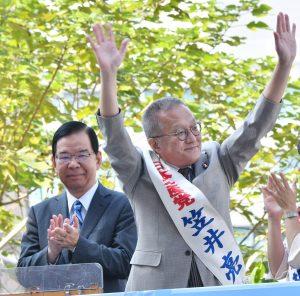 声援に応える笠井亮候補(右)と志位和夫委員長(左)=10日、東京・新宿駅西口
