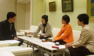 都立病院の直営堅持を野田知事特別秘書(左)に申し入れる右から清水、藤田、和泉の各都議