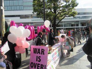 「安倍改憲NO! 3000万署名」の呼びかけに応じて署名する人たち=4日、JR吉祥寺駅前