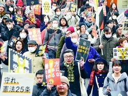 「裁量労働制はやめろ」とデモ行進する人たち=25日、東京都新宿区