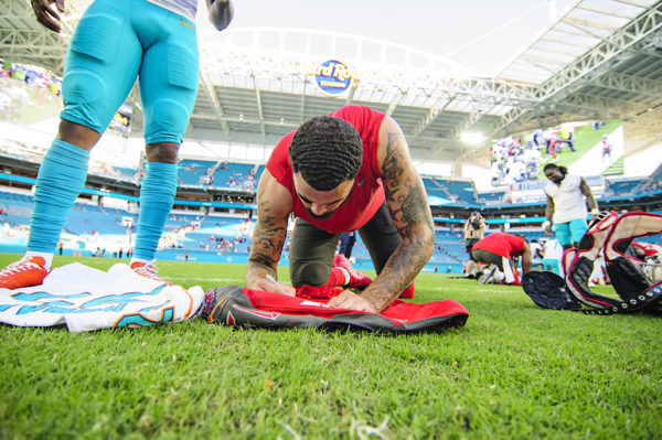 Mike Evans autographs his jersey