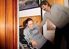 Na vozík už musí pomoci manžel. Když je z práce doma.