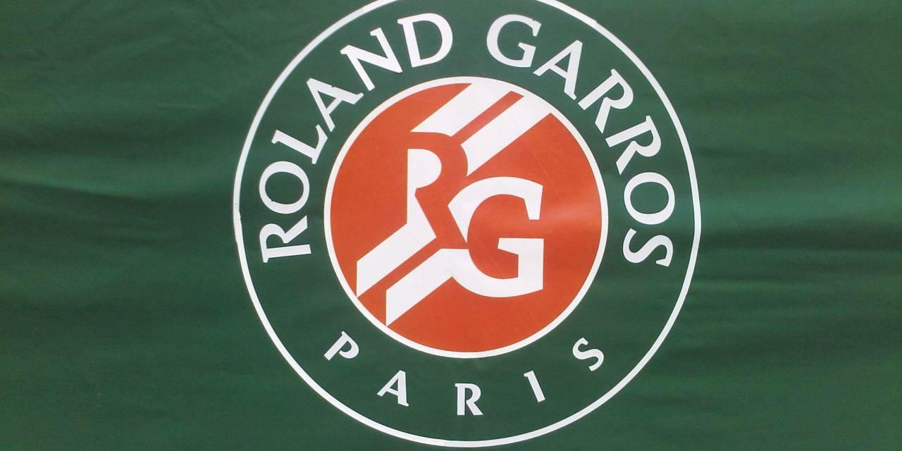 VIDÉO. Roland-Garros : Djokovic invite un ramasseur de balles à trinquer sous son parapluie