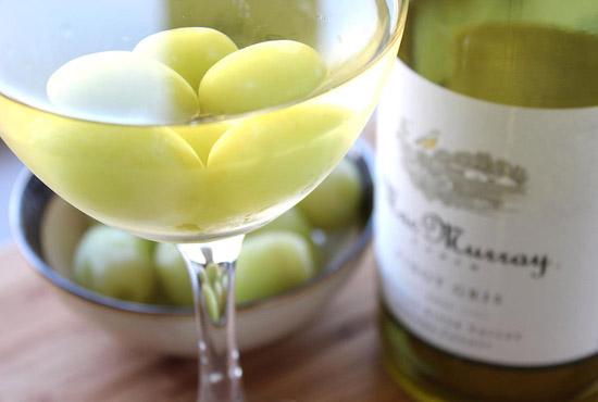 Raisins congelés pour refroidir le vin