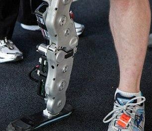 Un homme monte les 103 étages d'un immeuble grâce à sa prothèse bionique (vidéo)