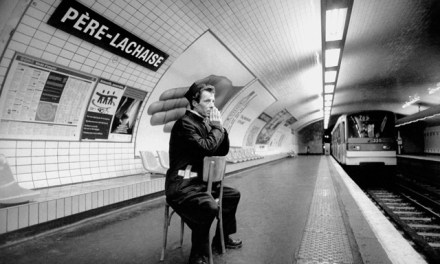 Il prend au pied de la lettre le nom des stations de métro pour créer des photos hilarantes