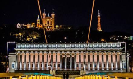 France: Lyon- Le Palais de Justice et la colline de Fourvière, depuis la passerelle sur la Saône.