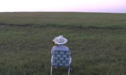 Il s'assoit dans un champ et joue de la musique et la suite est magique…