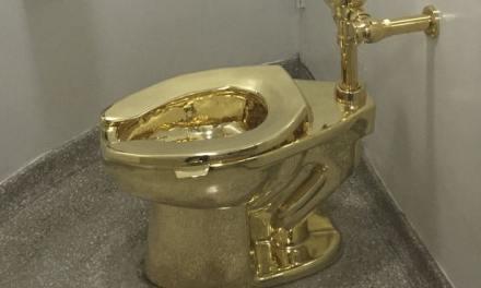 Au Guggenheim de New York, les toilettes publiques sont en or et signées Maurizio Cattelan