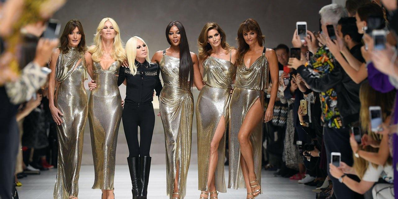 Donatella Versace rend hommage à son frère Gianni Versace, assassiné il y a 20 ans. Magique.