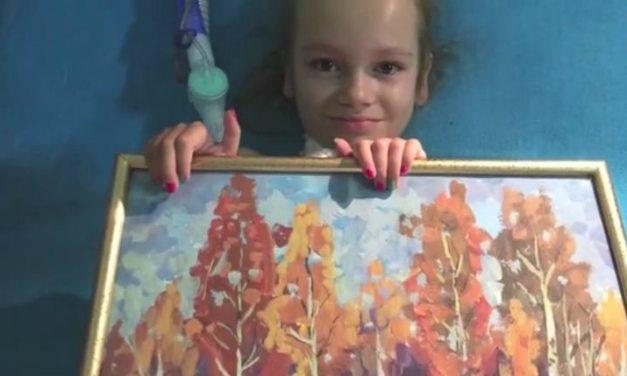 Cette petite fille, atteinte de dystrophie musculaire, réalise des œuvres impressionnantes.