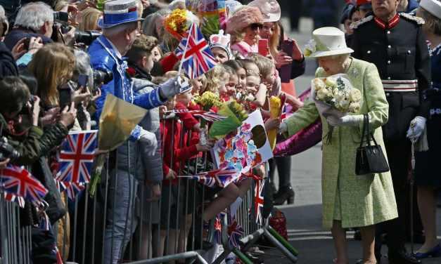 Quelle est l'astuce de la reine Elisabeth II pour ne pas avoir mal aux pieds?