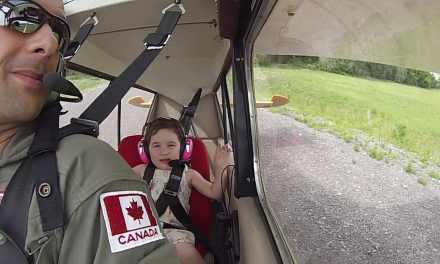 Un papa emmène sa petite fille de 4 ans faire de la voltige! Elle adore!