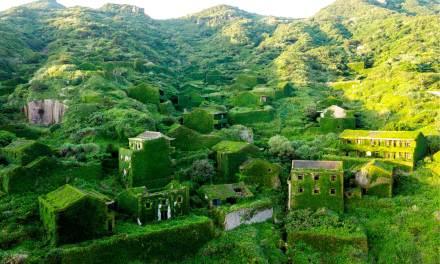 En Chine, la nature reprend un village figé dans le temps