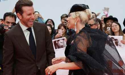 """Lady Gaga et Bradley Cooper main dans la main au Festival de Toronto pour présenter """"A star is Born"""""""