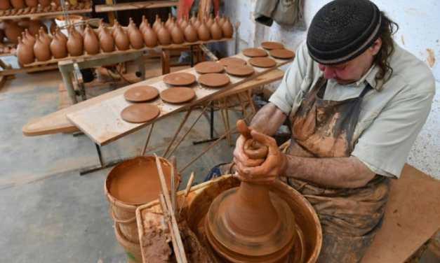 Une technique de poterie millénaire remise au goût du jour contre le gaspillage de l'eau