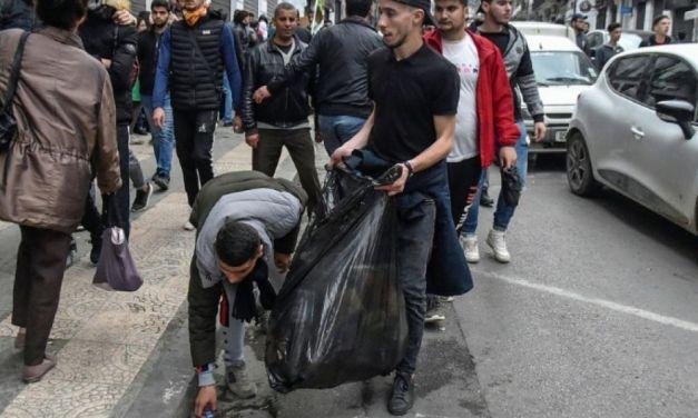 Algérie : derrière les manifestants, des volontaires nettoient
