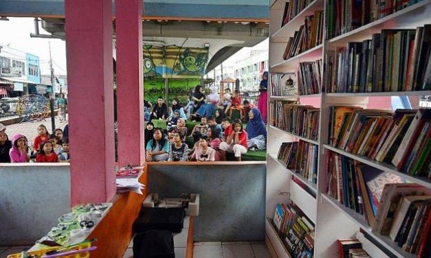 À Jakarta, une bibliothèque nichée sous une voie rapide fait le plein