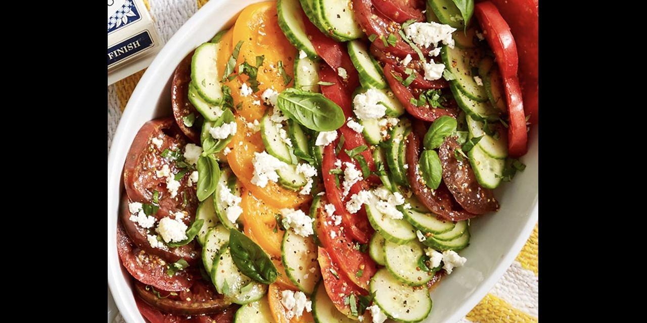 Salade de tomates anciennes multicolores et sa vinaigrette au citron et au basilic
