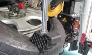 センターロック方式を採用 エイワの乗用車用タイヤチェンジャー「WING CL-121」
