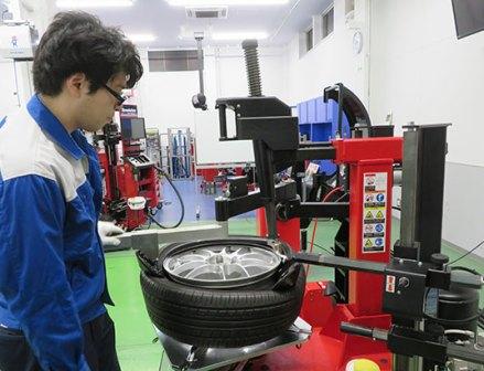 現場ニーズに応える新技術を搭載 イヤサカのタイヤチェンジャー「NS90」
