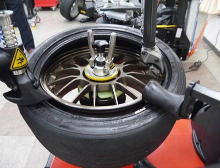 レバーレスのエントリー機 東洋精器工業がタイヤチェンジャー「PIT M897」発売