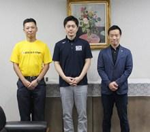(左から)箱嶋工場長、吉村知事、泉大津市の南出賢一市長