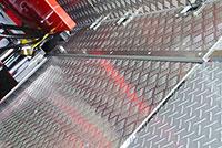 床面は滑りにくく、汚れにくいアルミ縞板貼りに