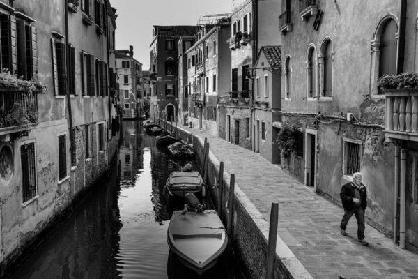 The series explores how locals and tourists alike, cope with mass tourism in Venice Italy, search and find moments of quietness to refuel.Die Bildserie erkundet wie Einheimische und Touristen mit dem Massentourismus in Venedig umgehen und sich Momente der Ruhe schaffen, um für einen kurzen Moment Energie zu tanken.