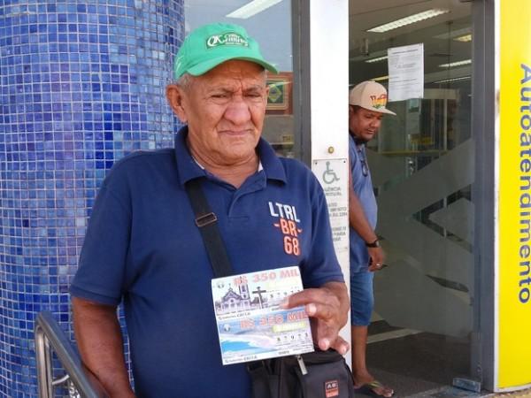 Jesus Silva da Fonseca, de 69 anos, vende bilhetes todos os dias em Macapá (Foto: John Pacheco/G1) Blog do BG: http://blogdobg.com.br/page/2/#ixzz4ARPith59 Jesus Silva da Fonseca, de 69 anos, vende bilhetes todos os dias em Macapá (Foto: John Pacheco/G1)