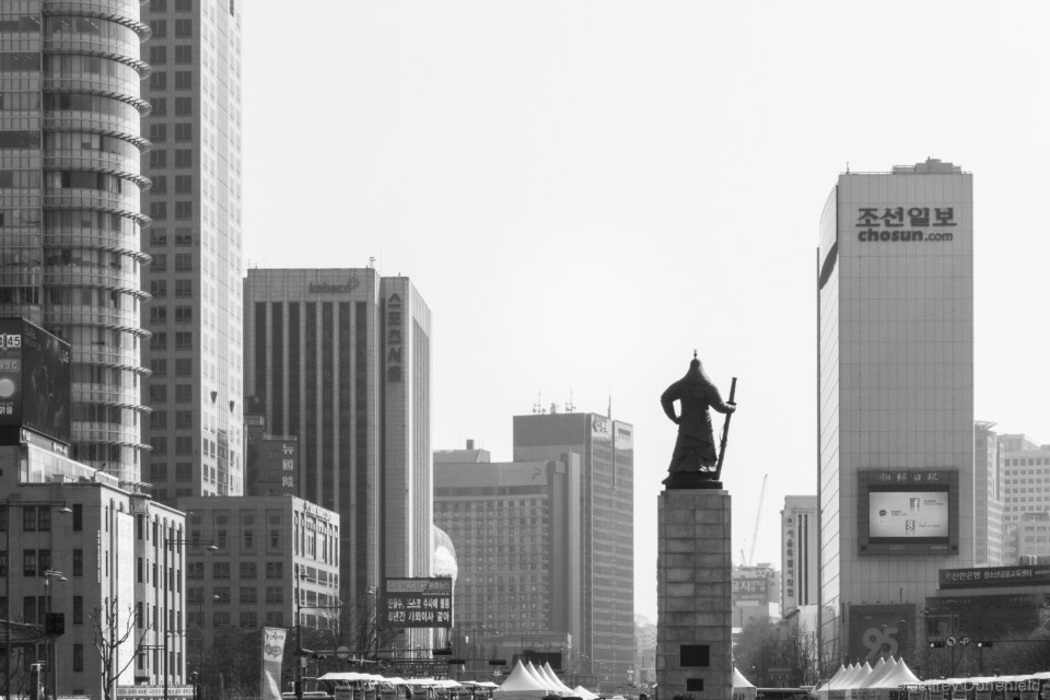 Yi Sun-sin looks into modern-day Seoul.