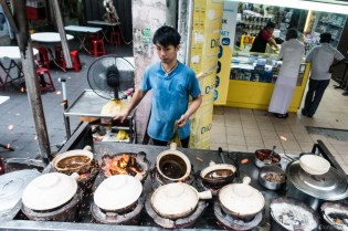 Clay pots are heated up on charcoal. Dry rice and water are put in first, and the rice is cooked up fresh.